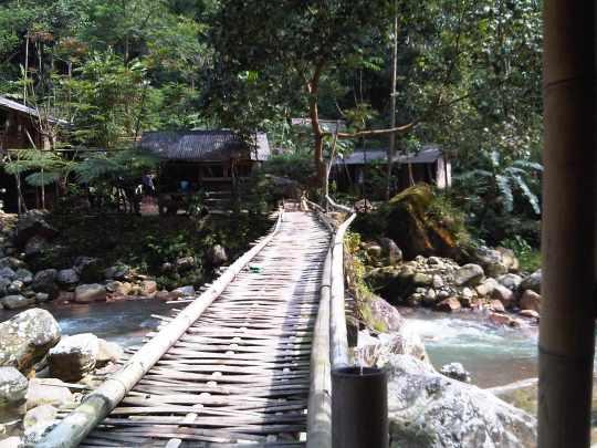 Jembatan di pemandian air panas Ciparay gunung salak endah bogor