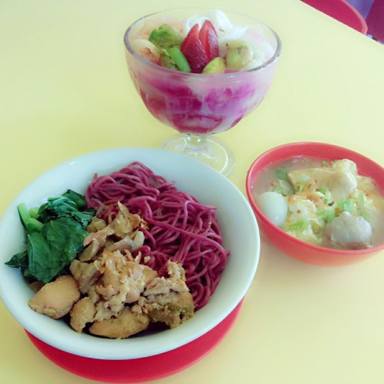 ni dia penampakan new varian menu dari mie janda... 100% bahan alami, sehat dan hallal. Mie janda ungu.